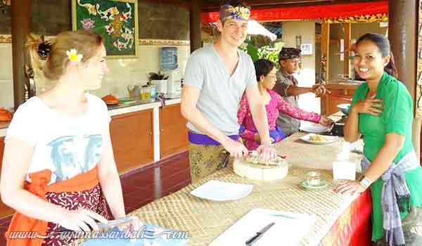 aktivitas memasak makanan khas bali
